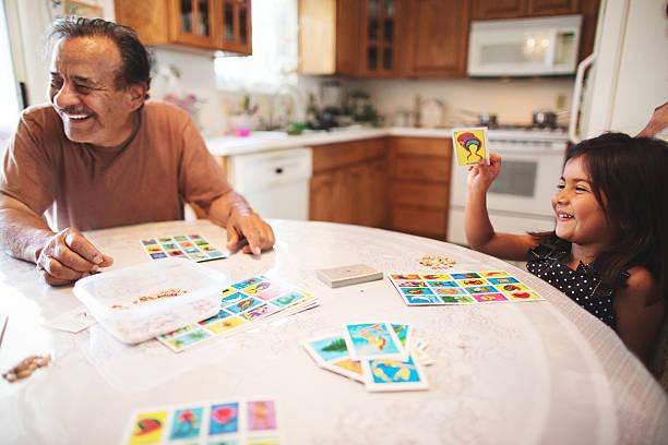 Partie de jeu de société en famille