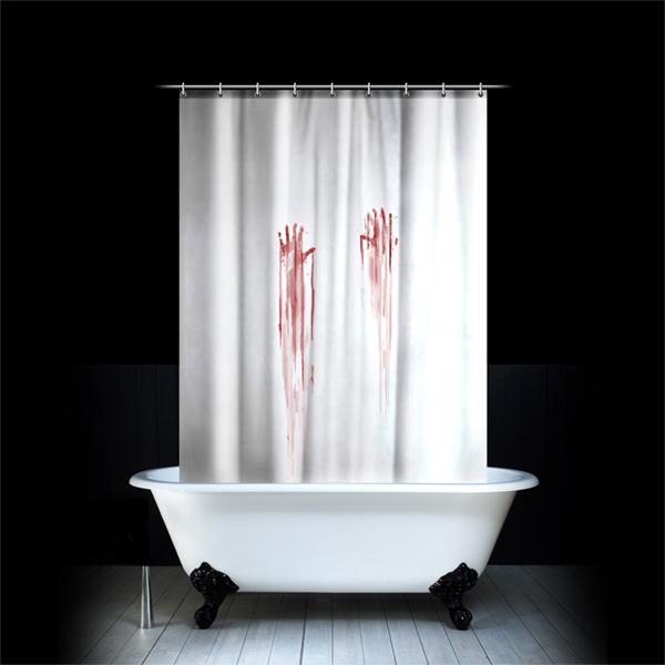 Un rideau de douche avec des traces de main sanglantes