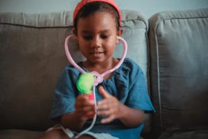 Quels jeux d'imitation offrir à un jeune enfant ?